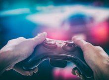 ゲームのコントローラと手